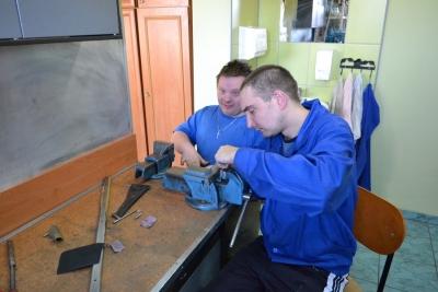Uczestnicy pracowni metaloplastyki podczas zajęć 10